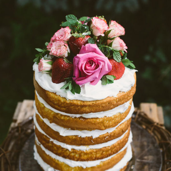 Beautify Your Wedding Cake with Fresh Flowers